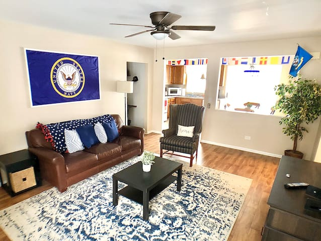 Entire Home, sleeps 7 ! Minutes from Great Lakes