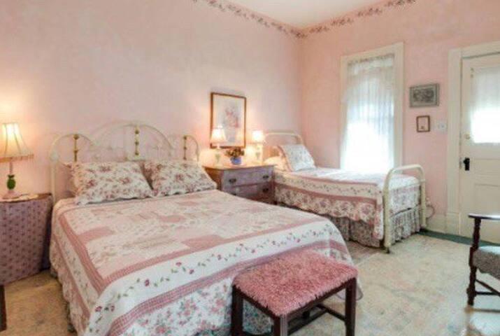 Singleton House -Arbor Suite-Sleeps 3-5- 1st Floor