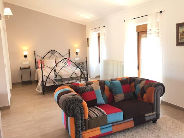 Dormitorio planta alta con cama XL, vestidor independiente y zona de estar con SmartTV, y zona para trabajo/estudio (escritorio) con conexión a internet y/o wiffi.