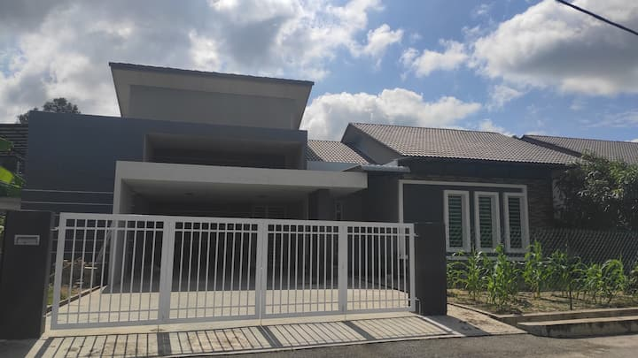 FRA HOMESTAY  4 BEDROOMS SEMI D FULLY AIRCOND