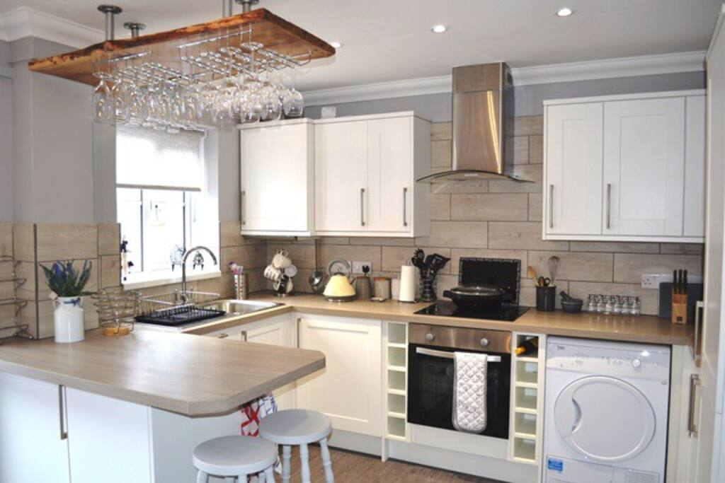 Bicton Mews – Close to town, shops, restaurants and the sea. Sleeps 6. Parking .