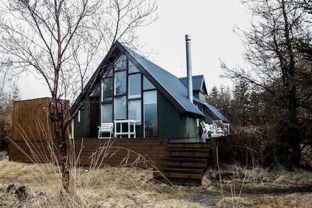 Charming 'beachfront' holiday house - Mosfellsbaer - 통나무집
