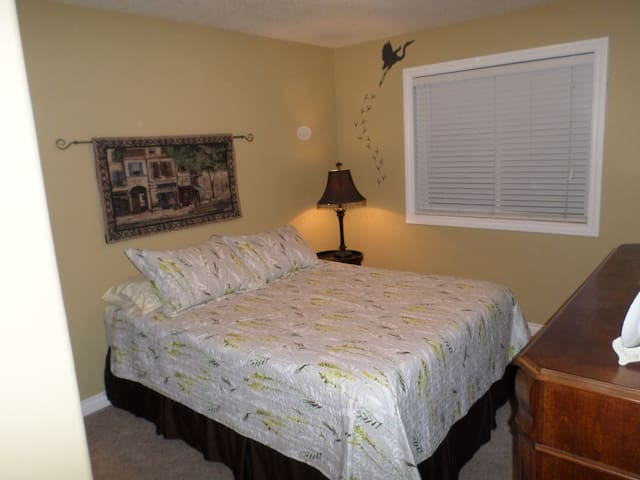 Comfortable and 20 minutes from the airport. - Airdrie - Ev