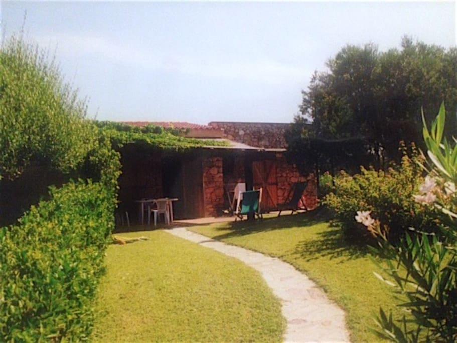 Main entrance and garden - ingresso e giardino
