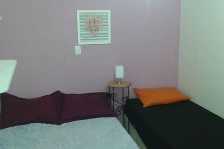 quarto com 1 cama de casal e uma cama de solteiro.