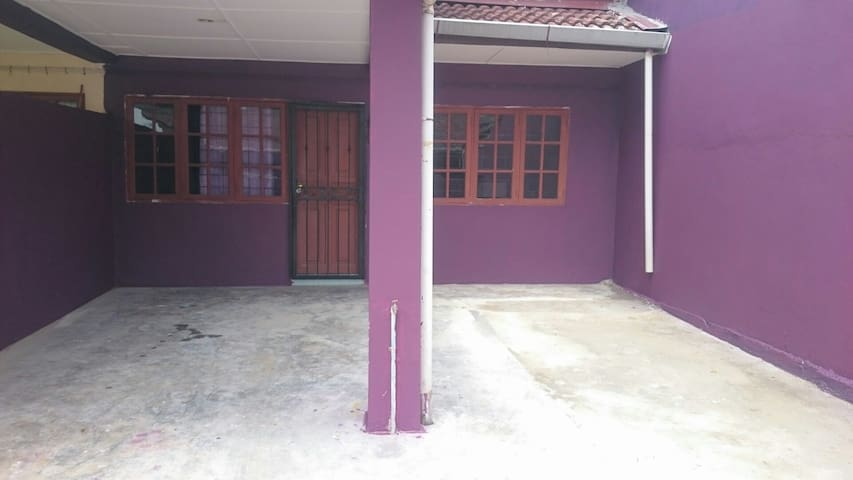 Homestay Samarahan Samarindah - Kota Samarahan - House