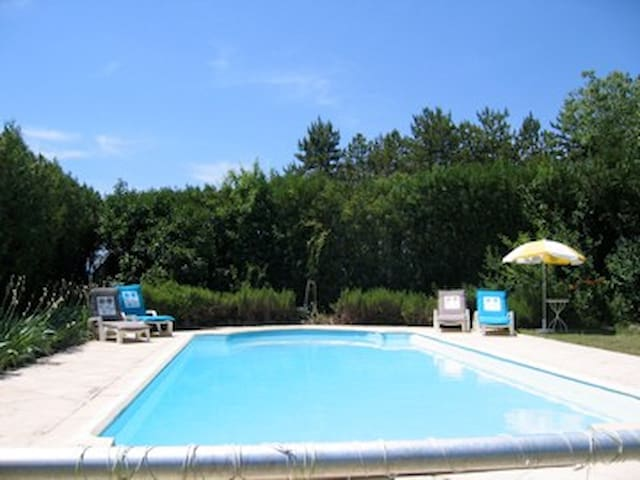 Gite appart. Rafiki - au calme, piscine, jardin - Grospierres - Apartament