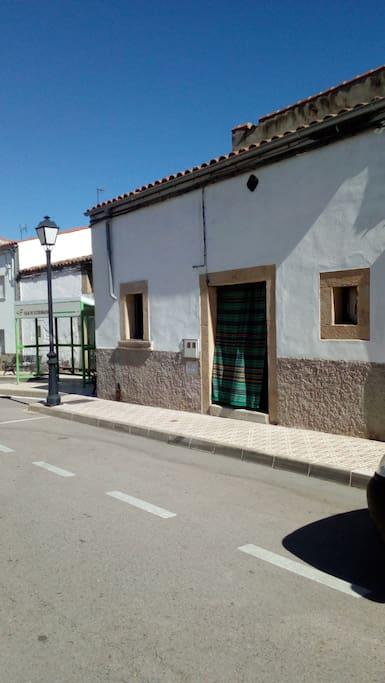 Situada en la calle principal del pueblo,y parada de autobus a dos pasos