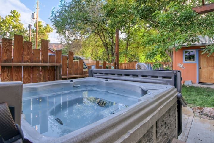 Studio right downtown w/ shared hot tub - short drive to Arches!