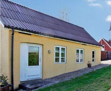 Lille hus i grønne omgivelser mit i centrum. - Svendborg