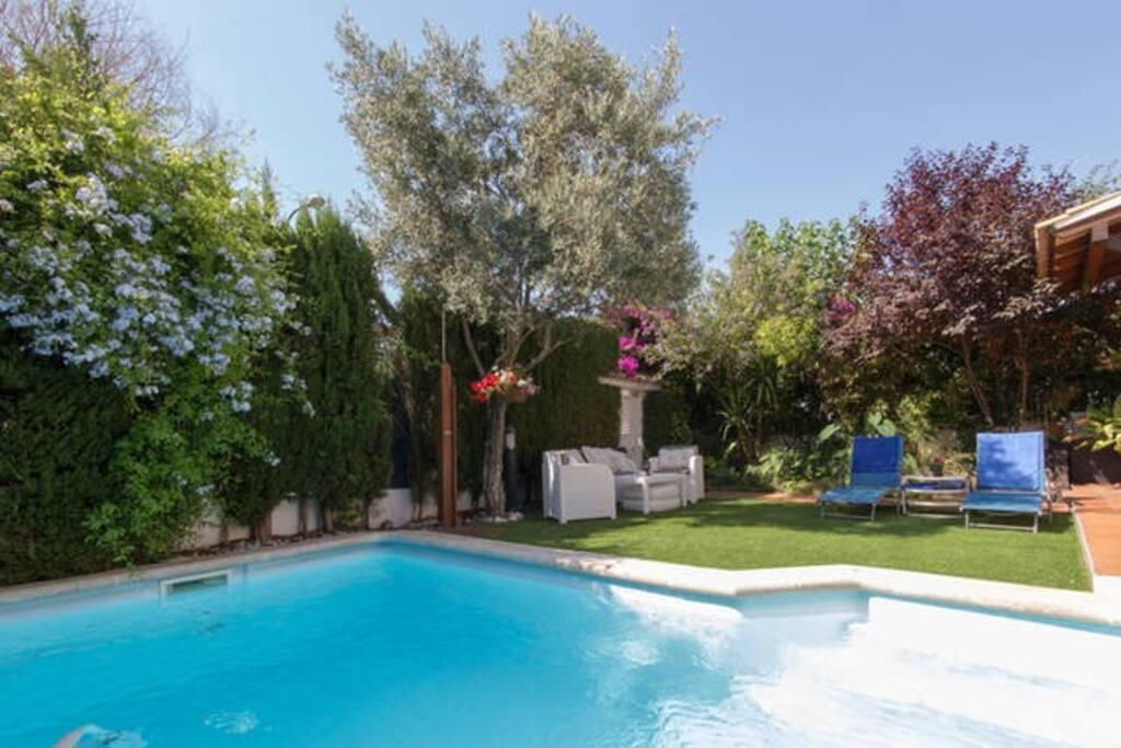 Dormitorio en casa con piscina bed and breakfasts en for Casas con piscina mallorca