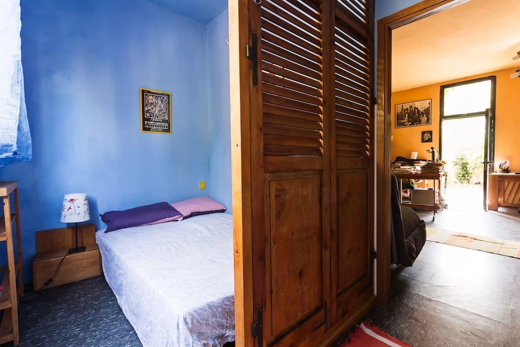 La camera da letto, azzurra e luminosa