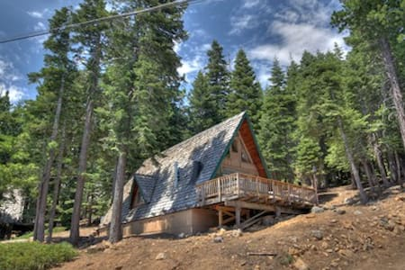 Adorable Lakeview Cabin w/ Hot Tub - Tahoe City - Kabin