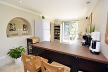 Küchenbereich mit Zugang zur Balkonterrasse