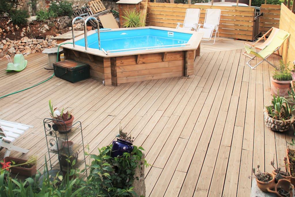 Vue piscine avec terrasse bois + transats