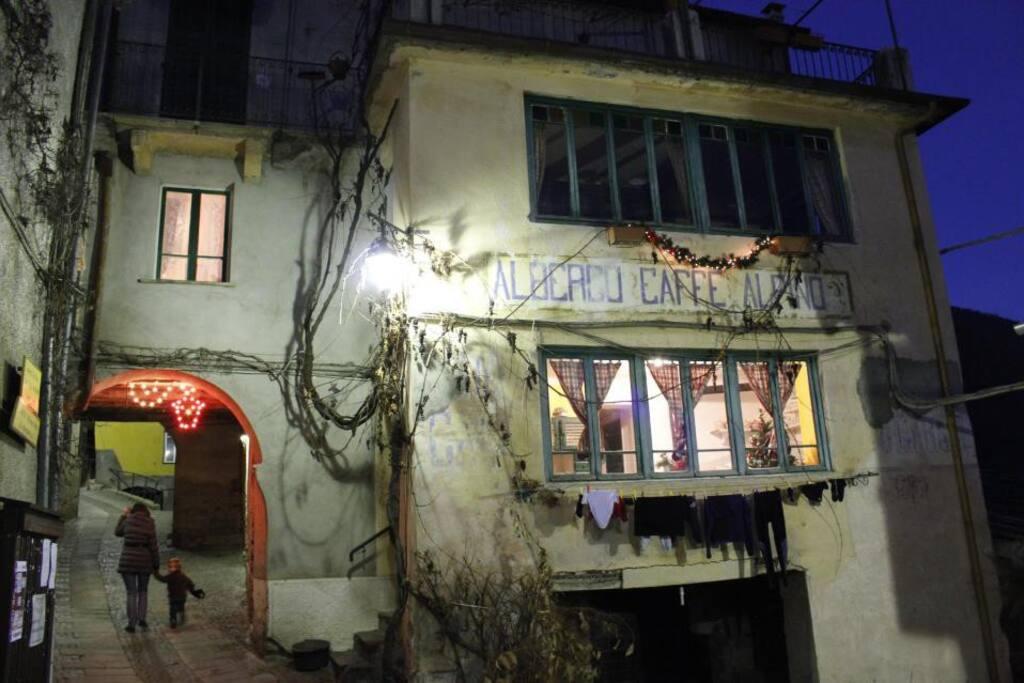 Il vecchio albergo Alpino in notturna. La stanza illuminata è la cucina dell'appartamento Alpino.