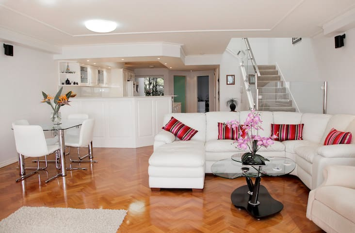Gold Coast Waterfront Apartment - Hollywell - Apartamento