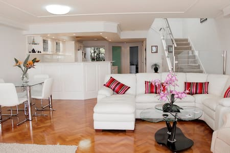 Gold Coast Waterfront Apartment - Hollywell