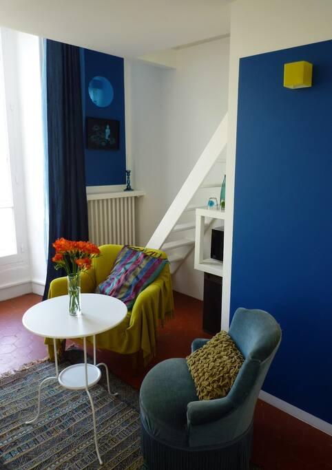 L'espace jour avec coin salon et escalier d'accès à la mezzanine