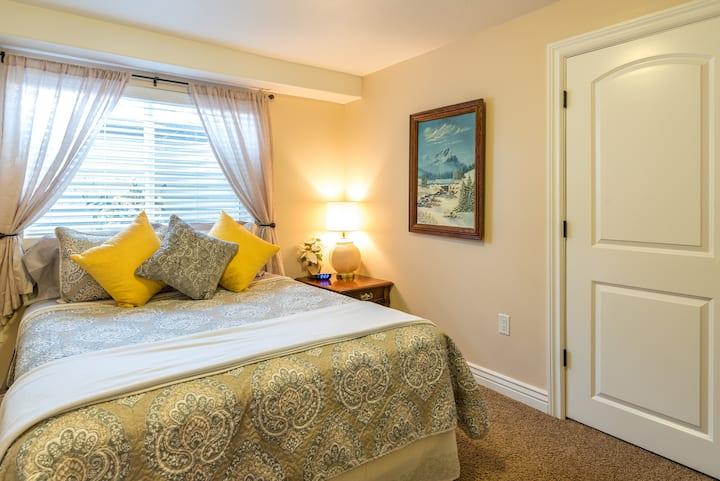 Queen Bed + Kitchen + Gym & Room to Roam!