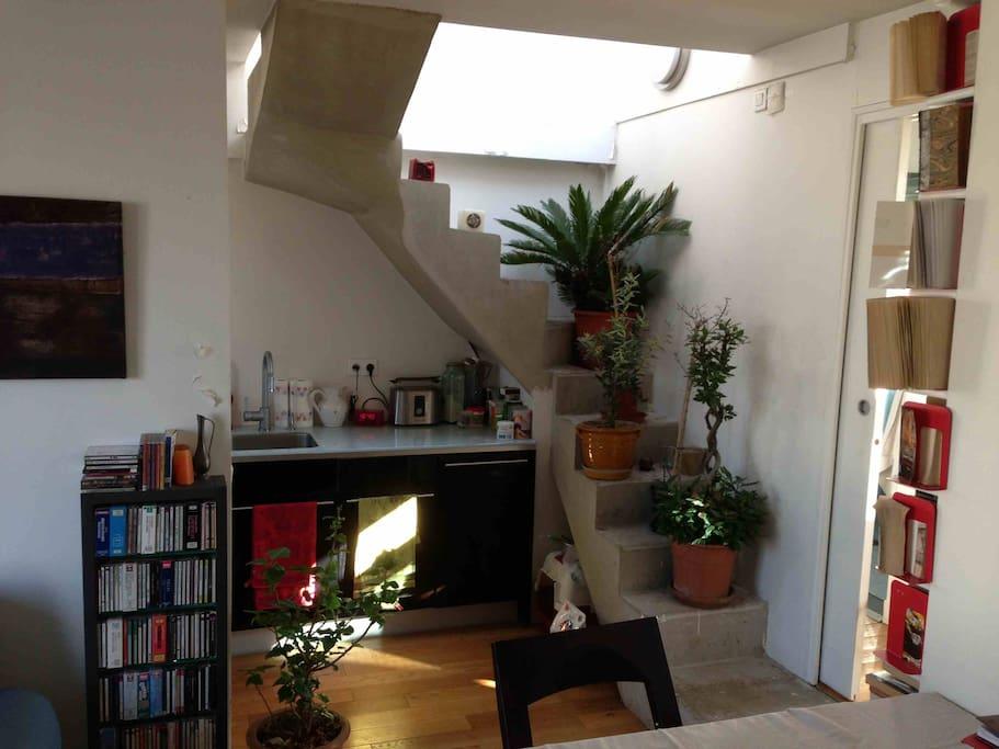 cuisine et escalier montant à la terrasse superieure