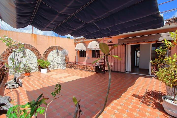 Hermosa Aparta Colonial con Terraza y un Balcon