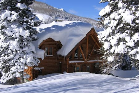 Luxurious Log Home w/ forever views