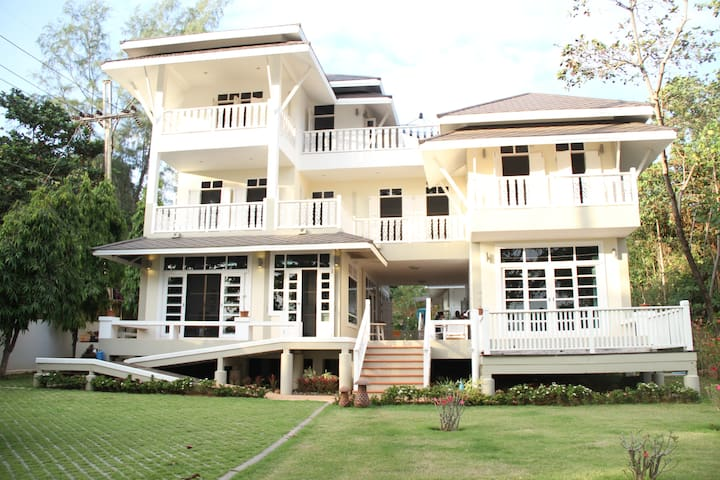 Conlonial Beach House, Aou Kai, Rayong