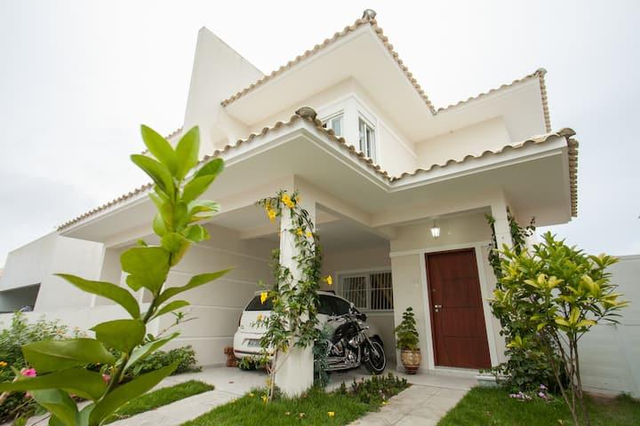 casa com piscina em condomínio a 900m da praia!
