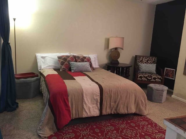 $29/32 SEPARATE SUITE/PRIVATE ENTRANCE/GARAGE