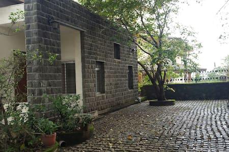 9-B Mist View with a Garden - Lonavala - Hus