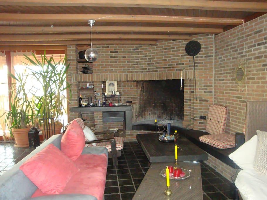 zusätzlicher Wohnraum mit cheminée und zwei Balkonzugänge