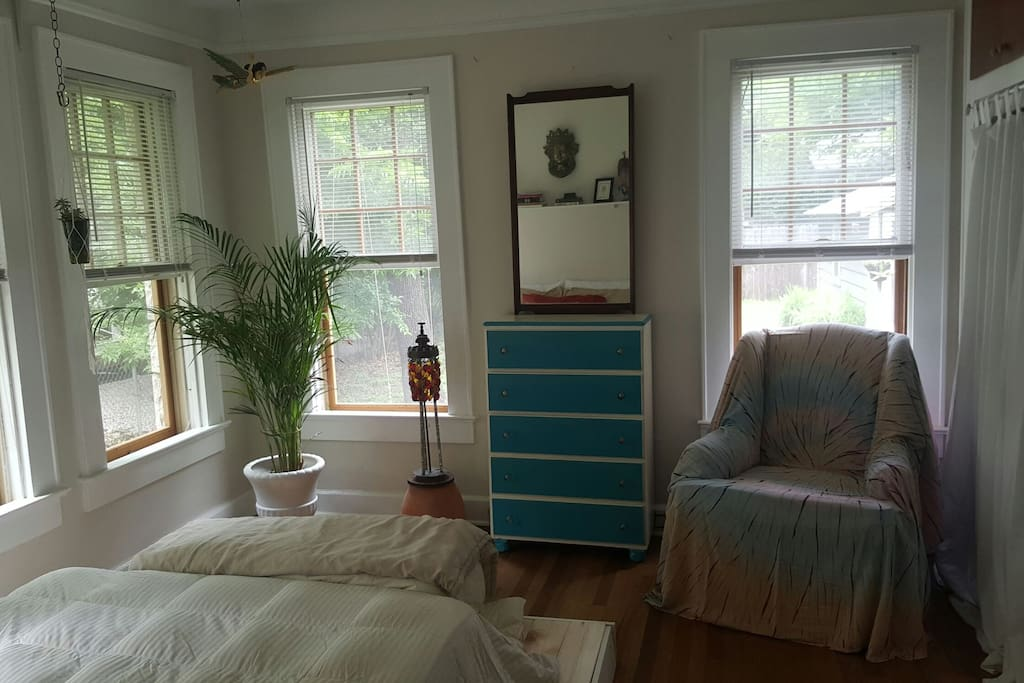 Guest room with 5 drawer dresser