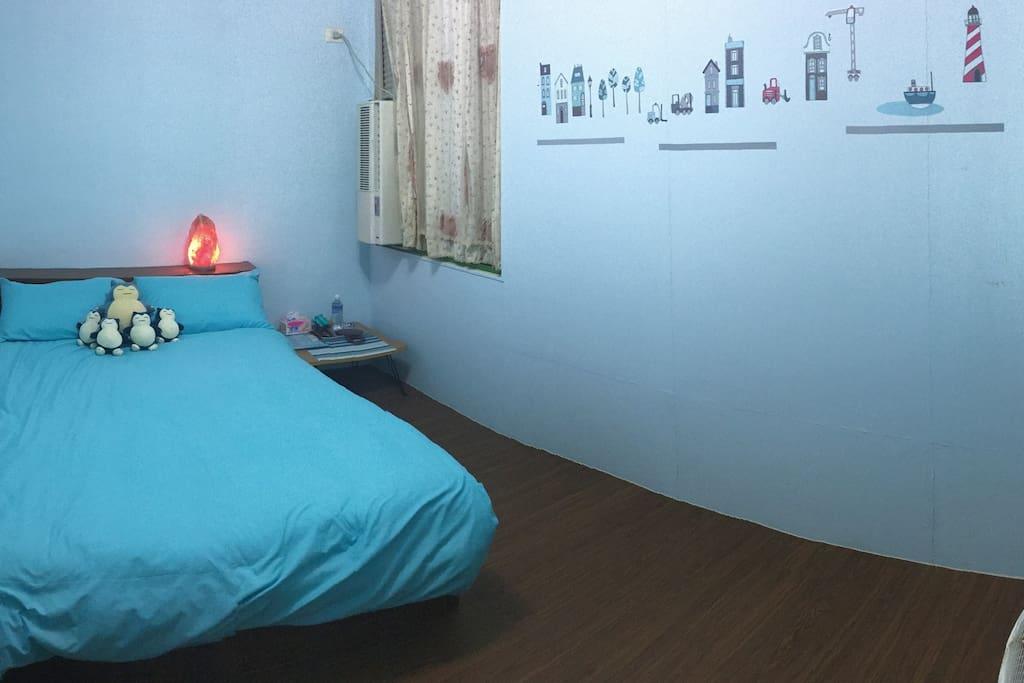 木質地板、舒適床位 住宿提供礦泉水、飲料、餅乾及等小點心