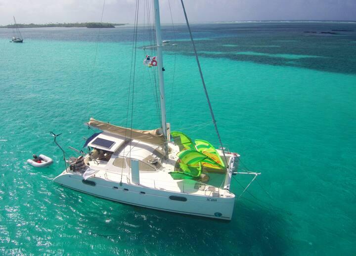 Catamaran sailing in Belize - Italian style