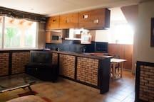 salón y cocina con salida al jardín
