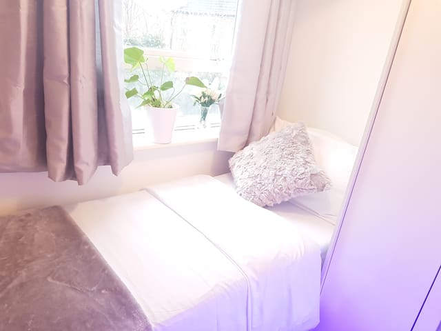 Beautiful & Cosy Small Single Room