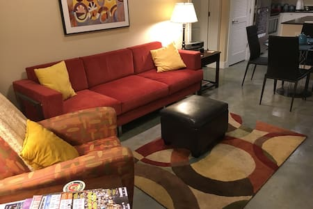 Spacious Downtown Loft - 로렌스(Lawrence)