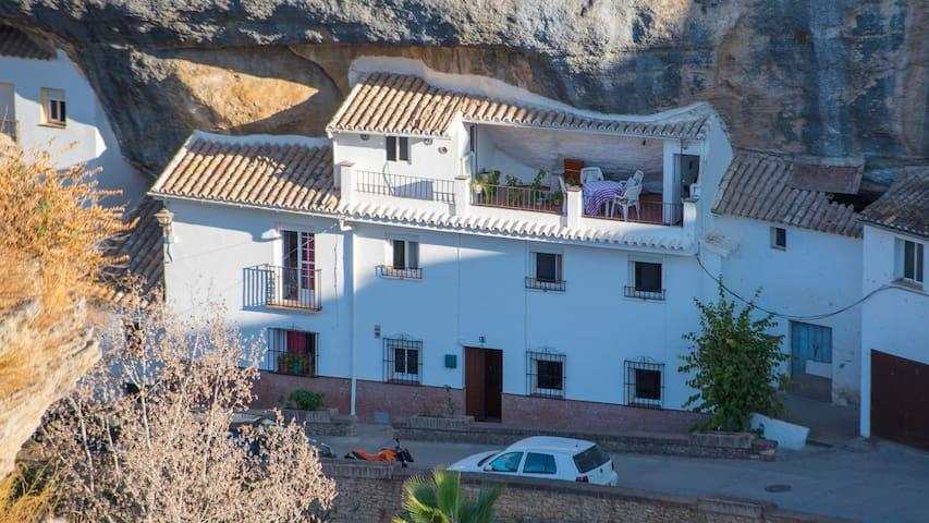 Bellavista aut ntica casa incrustada en la roca casas for Alquiler de casas en bellavista sevilla