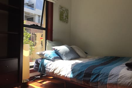 Dbl bedroom in Charming Townhouse (Richmond) !! - Richmond - Haus