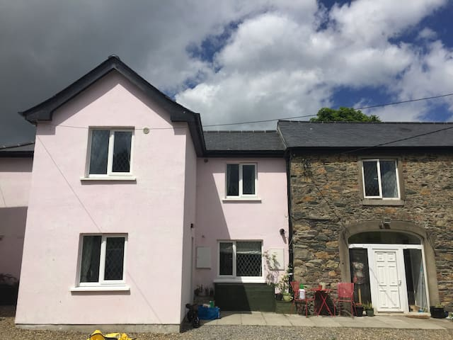 The Pink House, sleeps 7, Newtownmountkennedy