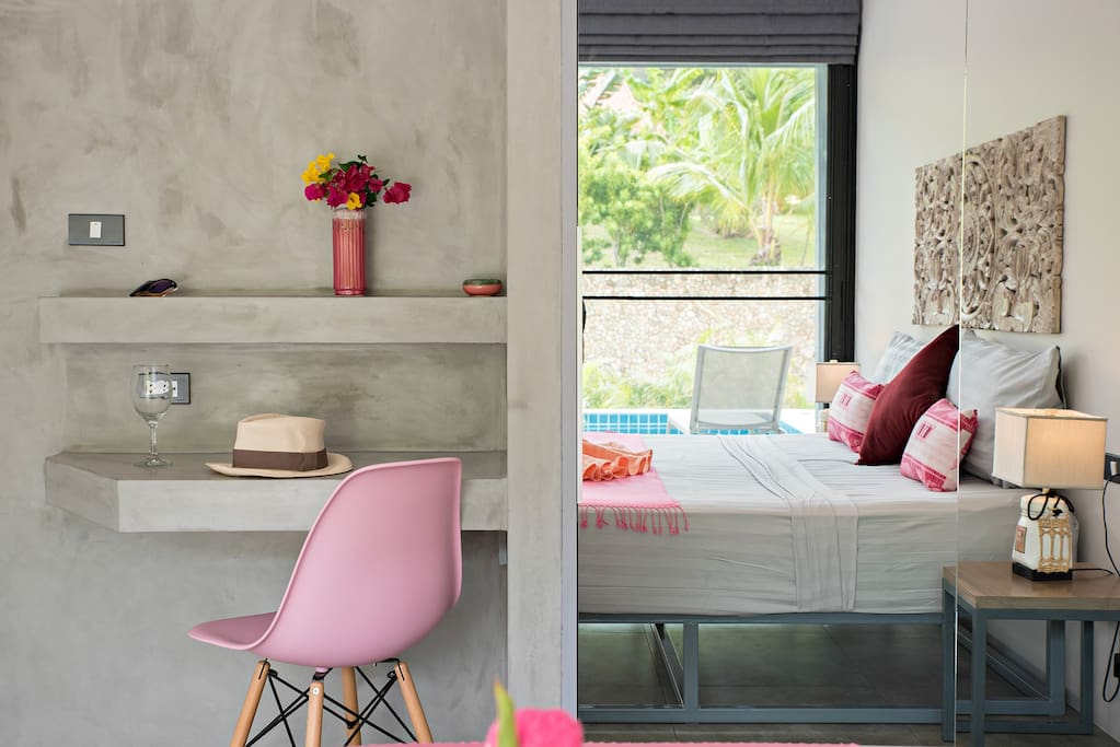 Pink bedroom n°2 with king size bed (180 cm) and private bathroom
