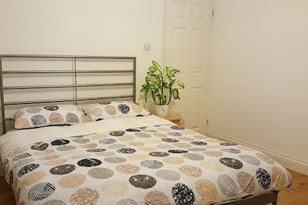 Spacious and modern ensuite room, free parking. - Edgware