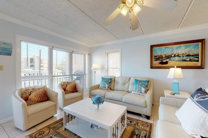 Partial oceanview condo w/ shared hot tub & pool - close to entertainment!