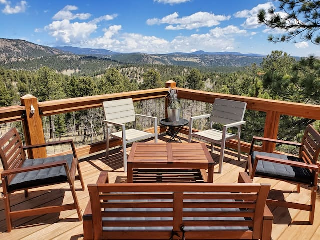 ★Private Retreat w/ EPIC Mtn Views & Hot Tub!★