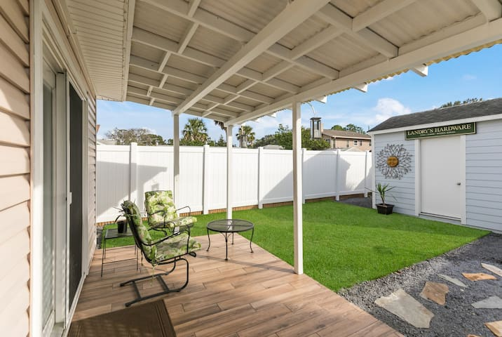 Landry's Lovely 3 BR Townhome, 8 blocks to the Bch