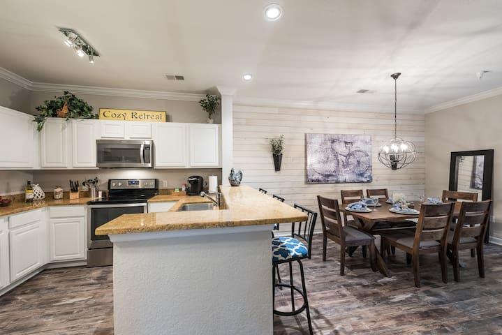 Cozy Retreat, Luxury Condo minutes from Disney