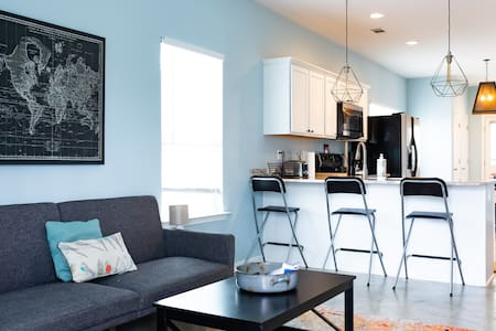 Clean & Serene House -relaxing getaway in city ctr