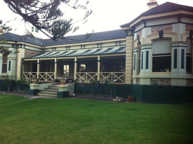 Watervilla House  - a Historic home - Strathalbyn - Bed & Breakfast