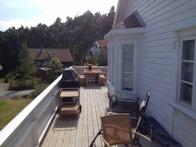 Stor terrasse rundt hele hytta
